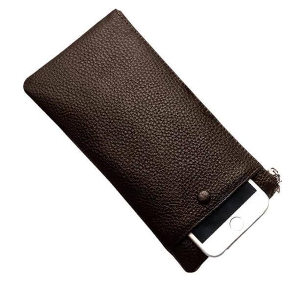 Foto de billetera larga con cierre y portacelular de cuero natural mostrando su bolsillo posterior en color café