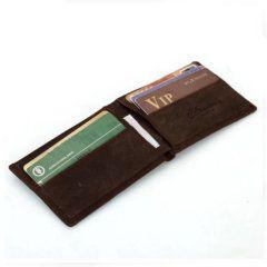 Foto de billetera vintage minimalista de cuero natural mostrando su capacidad de almacenamiento lateral en color café