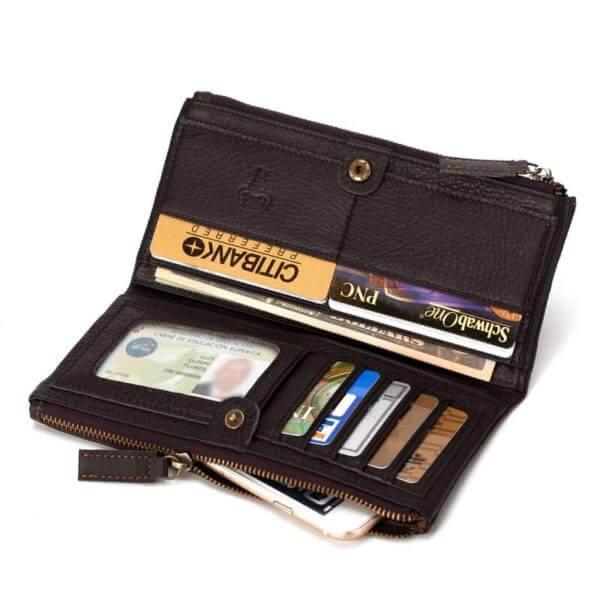 Foto de billetera larga clásica con doble cierre de cuero natural mostrando capacidad de almacenamiento en color café
