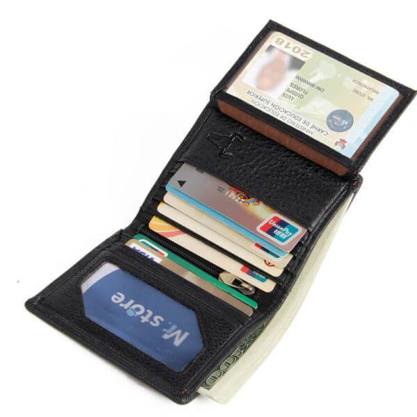 Foto de billetera vertical clásica trifold slim de cuero natural mostrando su capacidad de almacenamiento en color negro