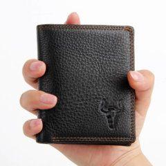Foto de modelo usando la billetera vertical clásica trifold slim de cuero natural color negro