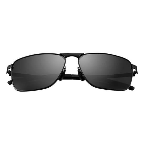 Foto de vista frontal de lentes de sol polarizados HD con protección UV400 con marco negro y lunas grises
