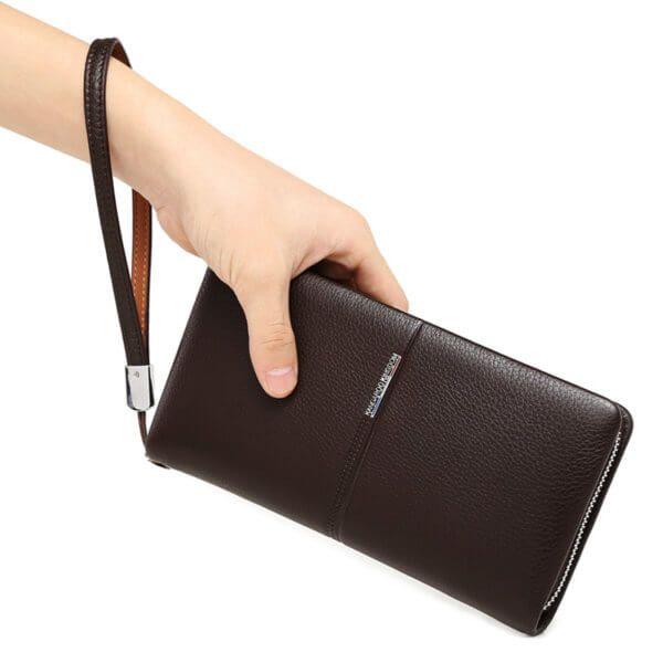 Foto que muestra una mano sujetando la billetera larga tipo ejecutiva calidad premium con cierre y monedero de cuero natural