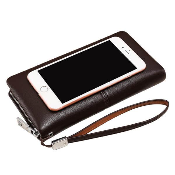 Foto de billetera larga ejecutiva premium con cierre de cuero natural en color café mostrando una comparativa de tamaño con un IPHONE 8