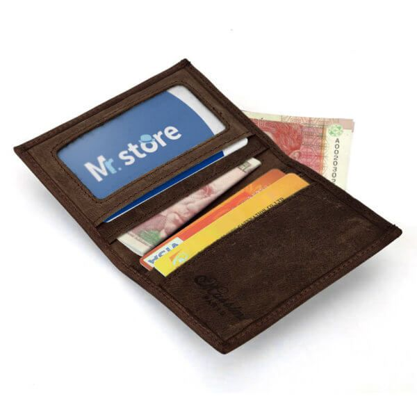 Foto de billetera vertical vintage minimalista de cuero natural mostrando su capacidad de almacenamiento en color café