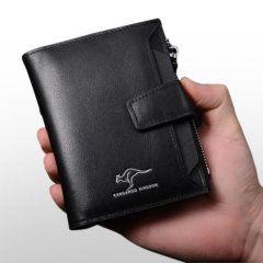 Foto de modelo con mano sosteniendo la billetera vertical ejecutiva con broche de cuero natural en color negro