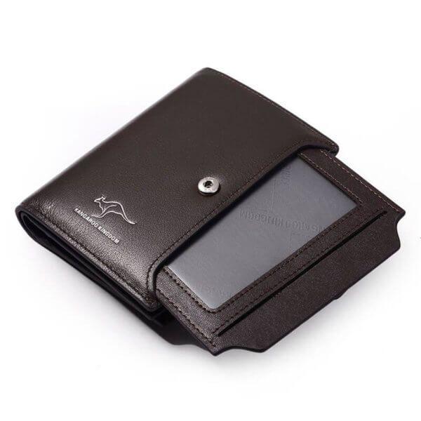 Foto de billetera vertical ejecutiva con broche de cuero natural donde se muestra la ID card extraible en color café