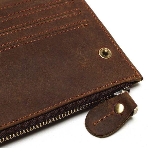 Foto de billetera larga vintage bifold con cierre de cuero natural mostrando su cierre y broche en color café