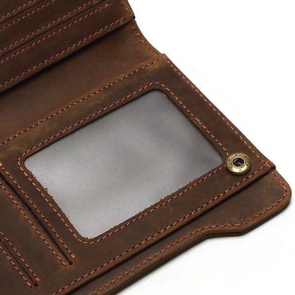 Foto de billetera larga vintage bifold con cierre de cuero natural mostrando su bolsillo para ID en color café