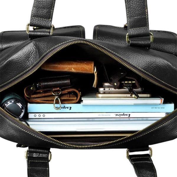 Foto de maletín morral clásico urbano viajero de cuero natural mostrando una vista de capacidad de bolsillo principal en color negro