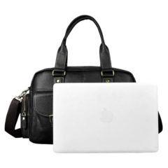 Foto de maletín morral clásico urbano viajero de cuero natural mostrando un tamaño referencial de almacenamiento, se toma como ejemplo una tablet de 14 pulgadas