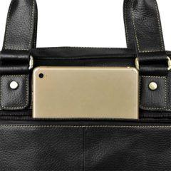 Foto de maletín morral clásico urbano viajero de cuero natural mostrando su cierre externo posterior anexando una tablet en su almacenamiento