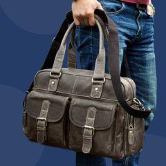 Foto de modelo sosteniendo en sus manos el maletín morral clásico urbano viajero de cuero natural en color gris