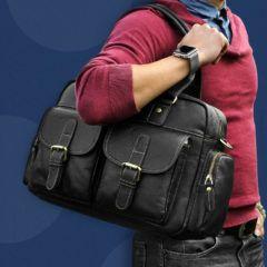 Foto de modelo sosteniendo en su hombro el maletín morral clásico urbano viajero de cuero natural en color negro